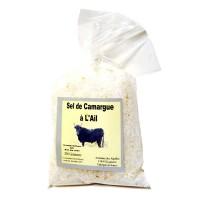 Un sel de Camargue délicat des salins d'Aigues-Mortes dans le Gard, aromatisé à l'ail dans l'atelier d'Eyguieres.