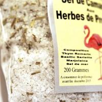 Un sel délicat des salins d'Aigues-Mortes aromatisé aux herbes de Provence. Le sel est originaire des salins d'Aigues-Mortes dans le Gard puis il est aromatisé dans l'atelier d'Eyguieres.