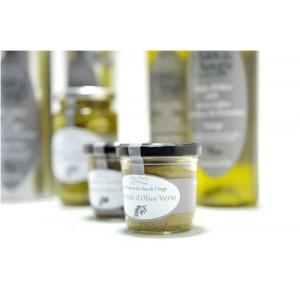 Au Mas de l'Ange, les oliviers anciens et nouveaux côtoient d'autres fruits dont la famille Monnier fait des confitures.