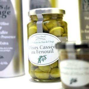 Alain et Roselyne proposent des huiles d'olive très qualitatives en fruité vert et fruité noire, des tapenades noires et vertes ainsi que de savoureuses olives cassées des Baux.